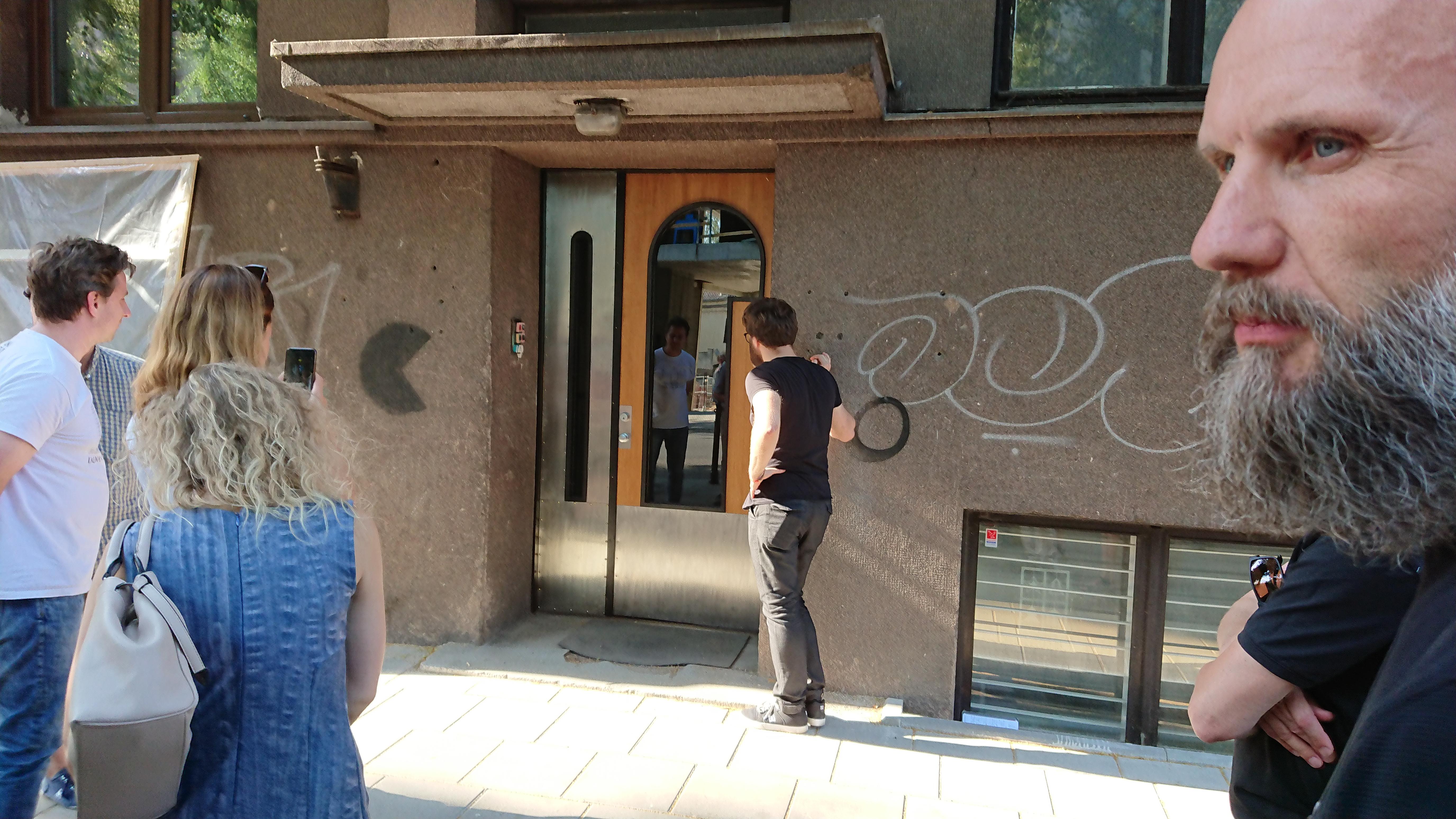 Ir štai lemtinga akimirka - restauruotos durys išvysta dienos šviesą.