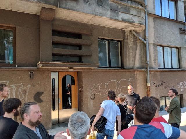"""Atidaryme dalyvavo ir ekskursijos """"Gražiausios Kauno durys"""" autorius Jonas Oškinis."""