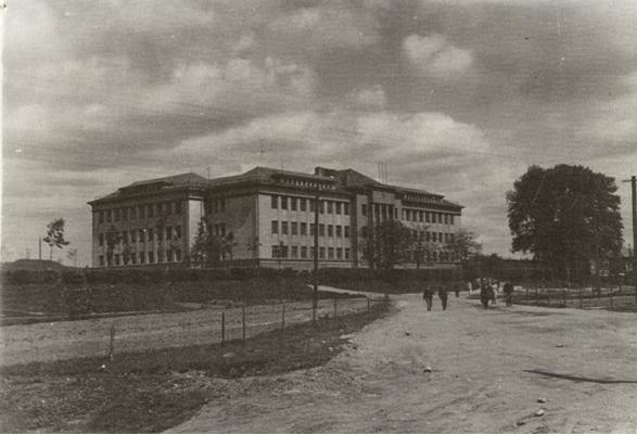Miesto pakraštyje Gravgrokas ir Kudokas išdrįso statyti didžiulius ATM rūmus