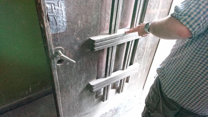 Durys Aušros laiptų skersgatvyje išsiskiria kitokiu raštu