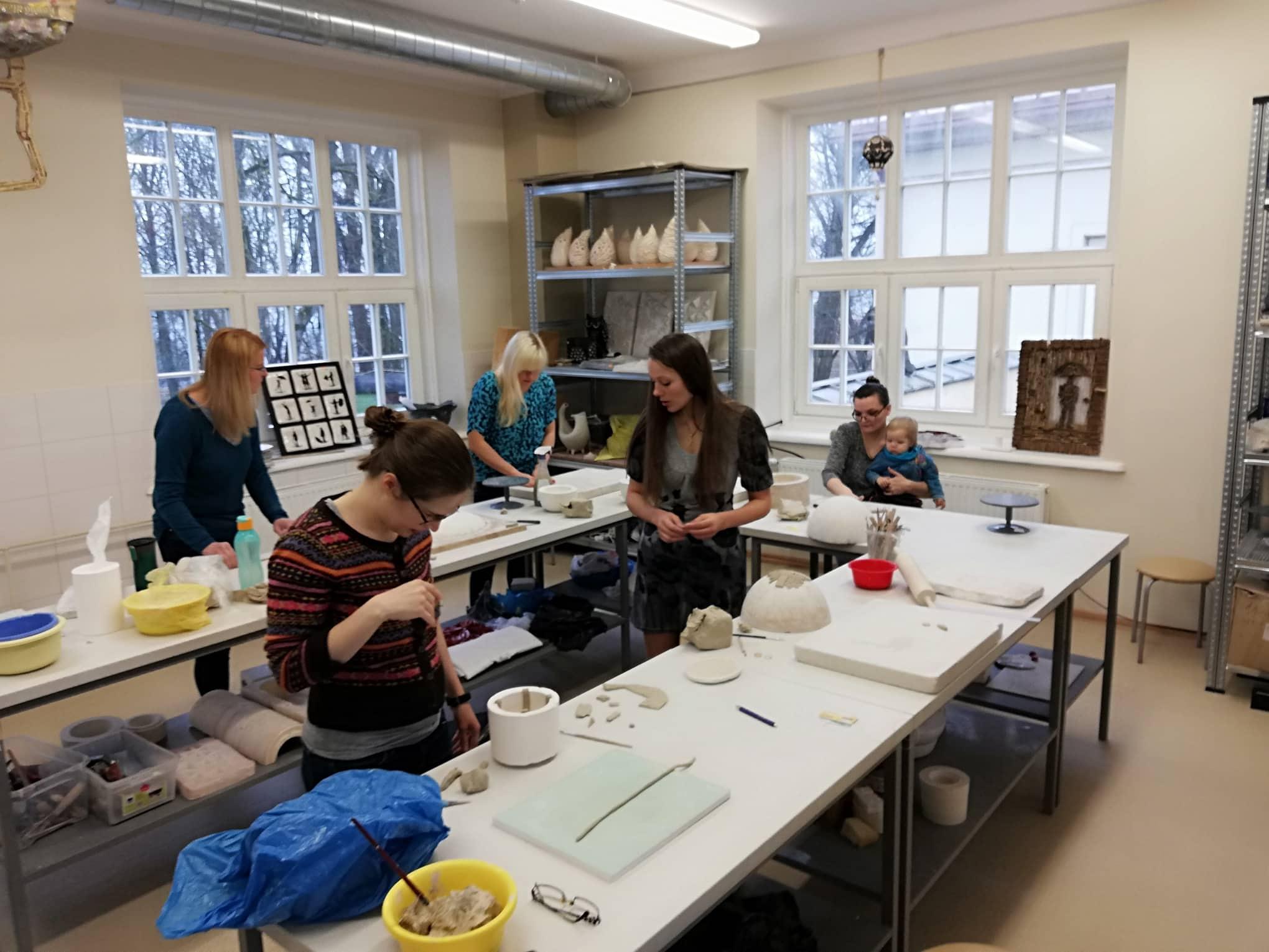 Užsiėmimus mamos baigė darbais keramikos dirbtuvėse.