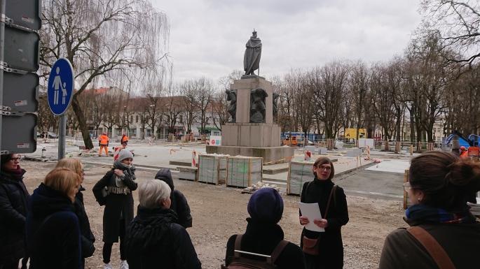 Šioje aikštėje 1908 buvo Adamčiko progimnazija, kur vyko antroji Lietuvių dailės paroda (1).JPG