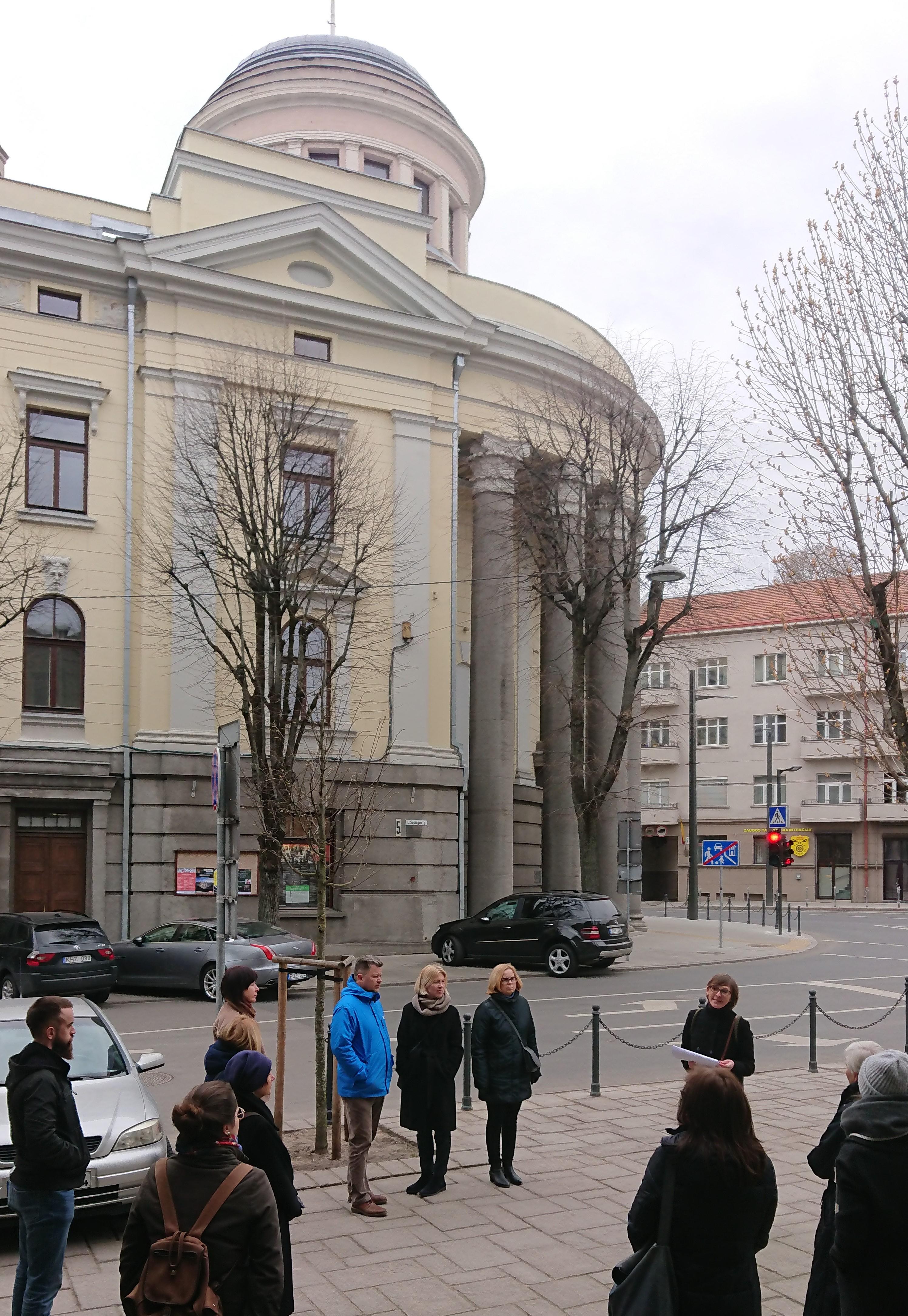 Trumpa stotelė prie Kauno Filharmonijos kaip  tęsiasi M.K. Čiurlionio kelias dabartyje.JPG